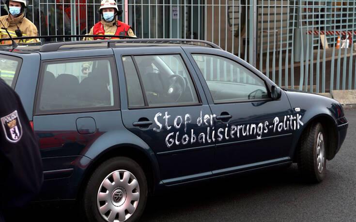 Έπεσε στην Καγκελαρία για να διαμαρτυρηθεί για τα μέτρα για τον κορονοϊό – Newsbeast