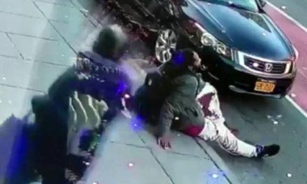Τους μαχαίρωσαν μέρα μεσημέρι στον δρόμο – Η κάμερα έπιασε το θύμα με αίματα στο παντελόνι
