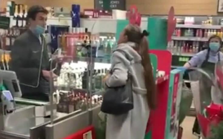 Χαμός σε κατάστημα με γυναίκα να φτύνει τον ταμία γιατί δεν περνούσε η κάρτα της: «Είσαι νεκρός» – Newsbeast