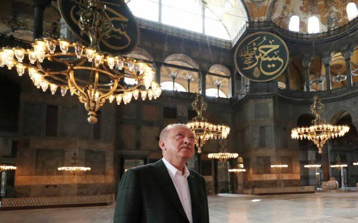 Ο Ερντογάν «κρέμασε» πίνακα με στίχους από το Κοράνι μέσα στο μνημείο – Newsbeast