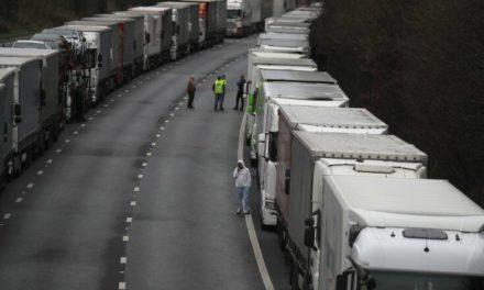 Έξαλλοι οι εγκλωβισμένοι οδηγοί φορτηγών – «Μας αντιμετωπίζουν σαν σκουπίδια» – Newsbeast