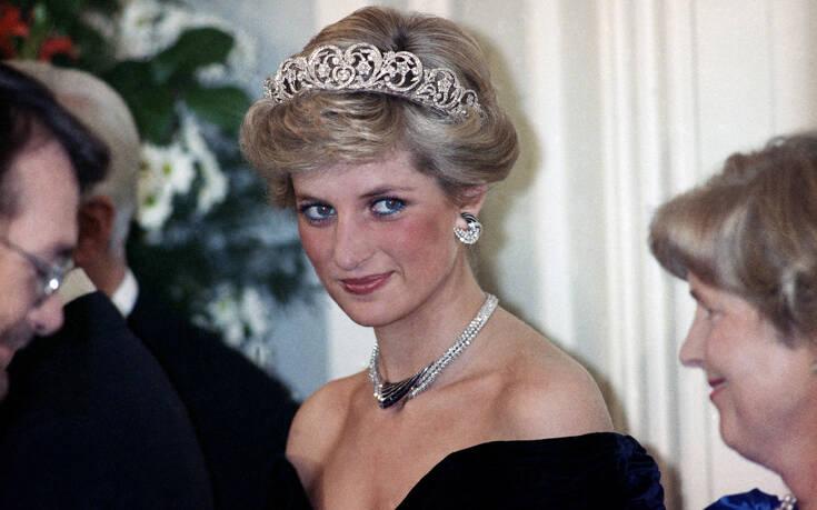 Η πρώτη φορά που η πριγκίπισσα Νταϊάνα έσπασε το αυστηρό βασιλικό πρωτόκολλο