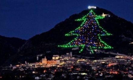 """Το χριστουγεννιάτικο δέντρο """"βουνό""""… 750 μέτρων στη μεσαιωνική πόλη Γκούμπιο της Ιταλίας – ΒΙΝΤΕΟ"""