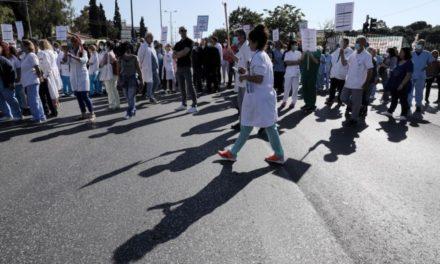 ΠΟΕΔΗΝ: Αποδεκατισμένοι δίνουμε τη μάχη να κερδίσουμε τον υγειονομικό πόλεμο – Διαμαρτυρία αύριο Πέμπτη έξω από τα νοσοκομεία