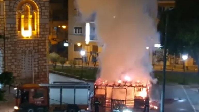 Βόλος: Πυρκαγιά κατέστρεψε τη φάτνη που είχε στηθεί στο προαύλιο του ναού του Αγίου Νικολάου