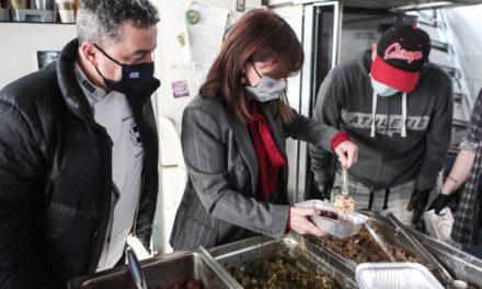 Η Κατερίνα Σακελλαροπούλου μοίρασε φαγητό στην κοινωνική κουζίνα «Ο Άλλος Άνθρωπος»