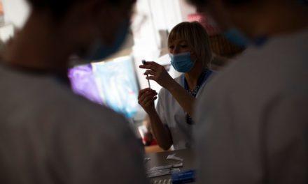 Διπλωματία των εμβολίων με σκληρό παρασκήνιο – Κομισιόν: «Όχι» σε εθνικές σύμφωνίες