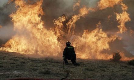 Χειροπέδες για εμπρησμό εξ αμελείας σε 76χρονο για την πυρκαγιά στο Λαγονήσι