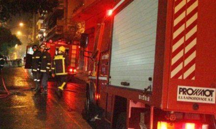 Στις «φλόγες» οχήματα στον Βύρωνα τα ξημερώματα