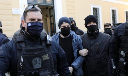 Με τη συνοδεία μεγάλης ομάδας αστυνομικών μεταφέρθηκε στο γραφείο της ανακρίτριας ο Δημήτρης Λιγνάδης