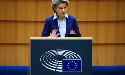 Φον ντερ Λάιεν: Η ΕΕ άργησε να δώσει εγκρίσεις για τα εμβόλια, υπήρξε μεγάλη αισιοδοξία για τη μαζική παραγωγή