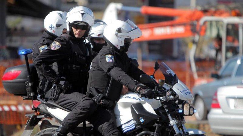 Ειδικοί φρουροί της ΔΙΑΣ Δυτικής Αττικής απεγκλώβισαν άστεγο από φλεγόμενο κτίριο στο Περιστέρι