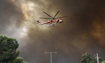 Εντυπωσιακές εικόνες από ελικόπτερο που επιχείρησε στη φωτιά της Κινέτας (video)