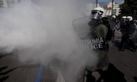 Ένταση έξω από τη Βουλή: Χημικά και προσαγωγές στο πανεκπαιδευτικό συλλαλητήριο – ΒΙΝΤΕΟ – ΦΩΤΟ