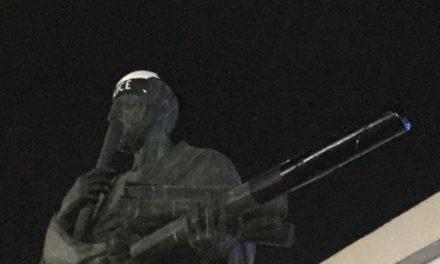 ΑΠΘ: Έντυσαν… αστυνομικό το άγαλμα του Αριστοτέλη (φωτο)