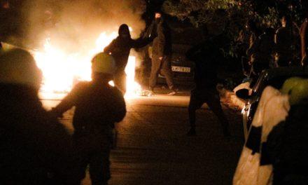 Τα κόμματα καταδικάζουν τα επεισόδια και τον τραυματισμό του αστυνομικού