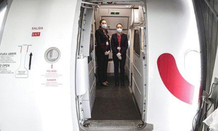Υποχρεωτική η μάσκα στα αεροπλάνα για πολύ καιρό ακόμα