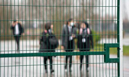 Επιστροφή στο σχολείο για τους μικρούς Άγγλους μαθητές