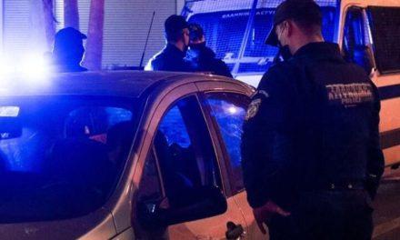 """Ηράκλειο: """"Κρυφτούλι"""" με την αστυνομία έπαιξαν παρέες που συνωστίζονταν σε πλατεία/ΒΙΝΤΕΟ"""