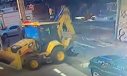 Εκσκαφέας χτυπά στο κεφάλι και πατά γυναίκα σε δρόμο της Νέας Υόρκης