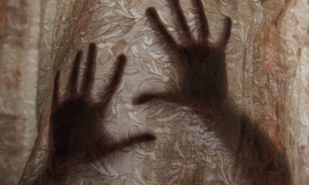 """Ξεσπά η μητέρα που κατήγγειλε τον σύντροφό της για τον βιασμό της κόρης της στη Ρόδο: """"Παλεύω με τα γιατί, έπεσα στον γκρεμό"""" – ΒΙΝΤΕΟ"""