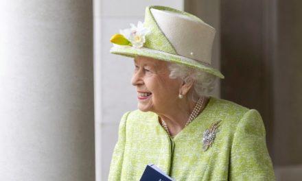 Η 94χρονη βασίλισσα Ελισάβετ εμβολιάστηκε και άρχισε τις εξορμήσεις, χωρίς μάσκα