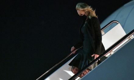 Η Τζιλ Μπάιντεν ντύθηκε αεροσυνοδός… για «τις ανάγκες» της Πρωταπριλιάς