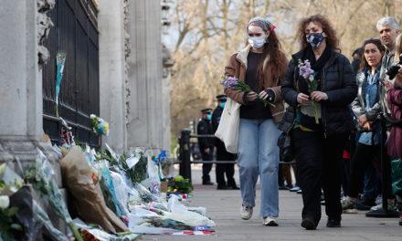 Εικόνες από το Μπάκιγχαμ με λουλούδια και συλλυπητήρια μηνύματα για τον πρίγκιπα Φίλιππο