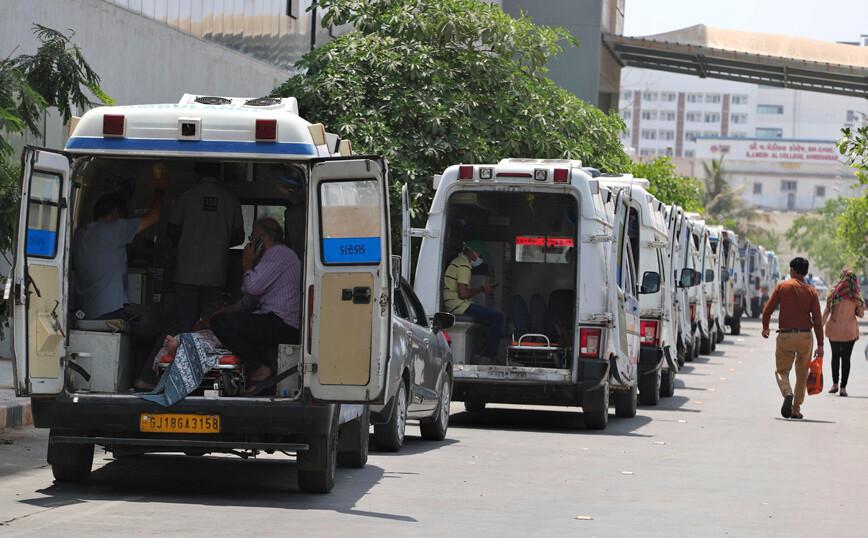 Τραγική η εικόνα στην Ινδία, συνοδεία ένοπλων αστυνομικών προμηθεύονται οξυγόνο τα νοσοκομεία