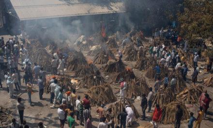 Τραγικές εικόνες στην Ινδία, πτώματα αποτεφρώνονται μαζικά σε αυτοσχέδιες εγκαταστάσεις