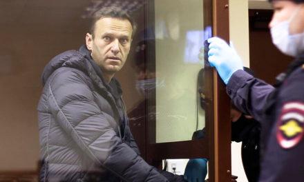 Γιατροί που επισκέφθηκαν τον Ναβάλνι διέγνωσαν ότι δεν αντιμετωπίζει πρόβλημα υγείας
