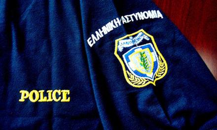 Φωτογραφία: Τιμητικές πλακέτες σε αστυνομικούς που διέσωσαν πολίτη από ρίψη μολότοφ