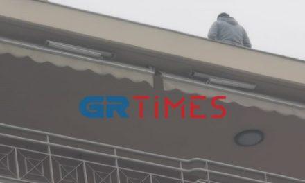 Συναγερμός στη Θεσσαλονίκη: 31χρονος απειλεί να πηδήξει στο κενό από τον 6ο όροφο – ΒΙΝΤΕΟ – ΦΩΤΟ