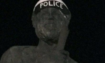 """ΑΠΘ: Φοιτητές έντυσαν """"αστυνομικό"""" τον Αριστοτέλη"""