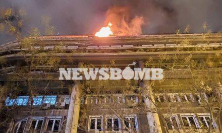 Φωτιά στην Ακαδημίας: Αστυνομικοί έβγαλαν από φλεγόμενο όροφο ζευγάρι