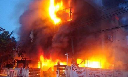Πέντε νεκροί από κατάρρευση τριώροφης κατοικίας που είχε τυλιχθεί στις φλόγες