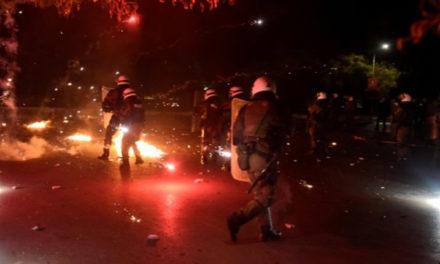 Επίθεση με μολότοφ και πέτρες σε αστυνομικούς στον Ασπρόπυργο