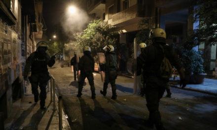 Επεισόδια στην Πανόρμου: Ομάδα ατόμων επιτέθηκε σε άνδρες των ΜΑΤ /ΒΙΝΤΕΟ