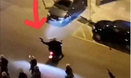 Τα γάντια του και όχι όπλο κρατάει ο αστυνομικός στην Νέα Σμύρνη