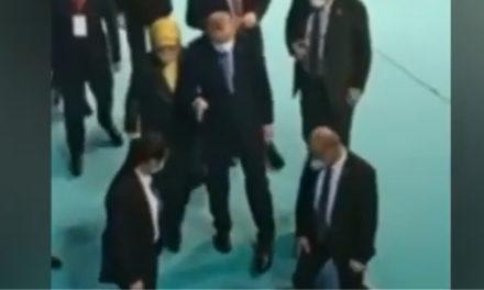 Ερντογάν: Ερωτηματικά προκαλεί η κατάσταση της υγείας του – Υποβασταζόμενος κατέβηκε σκάλα / ΒΙΝΤΕΟ