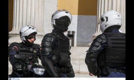 Πολίτης συγχαίρει αστυνομικό της ομάδας ΔΡΑΣΗ
