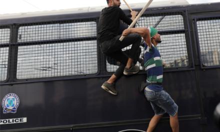 Δείτε φωτογραφίες από τα επεισόδια έξω από την Ισραηλινή Πρεσβεία