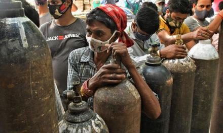 Το δράμα των Ινδών ενώ ο κορονοϊός σαρώνει τη χώρα – Υπέρογκα ποσά για τις νοσηλείες και τους θανάτους