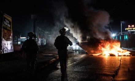 Κλιμακώνει τις φονικές επιδρομές στη Γάζα, ταραχές στο εσωτερικό του