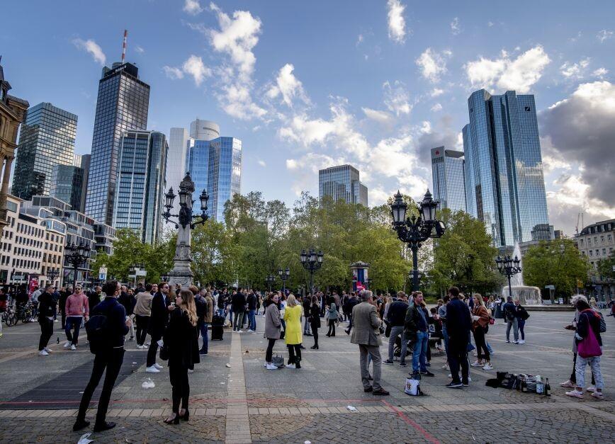 Η Ευρώπη κάνει μικρά βήματα με στόχο την επιστροφή στην κανονικότητα