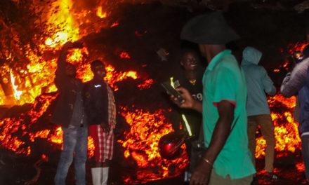 Έβγαζαν selfies μπροστά στα σπίτια που είχε «καταπιεί» η λάβα του ηφαιστείου Νιραγκόνγκο