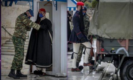 """Οι Εύζωνες έβαλαν τις κάπες τους λόγω """"Μήδειας"""" – Με ΡΕΟ η αλλαγή της Προεδρικής Φρουράς στον Άγνωστο Στρατιώτη – Καταπληκτικές ΦΩΤΟ"""
