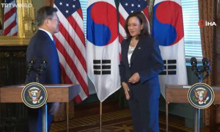 Χαμός με το βίντεο που «σκουπίζεται» μετά από χειραψία με τον πρόεδρο της Νότιας Κορέας