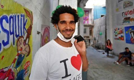 Στo νοσοκομείο καλλιτέχνης ο οποίος πραγματοποιεί απεργία πείνας