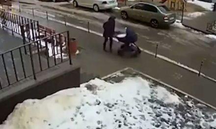 Αδιανόητη τραγωδία στη Ρωσία: Βρέφος σκοτώθηκε όταν άνδρας έπεσε από τον 17ο όροφο πάνω στο καροτσάκι του – ΒΙΝΤΕΟ